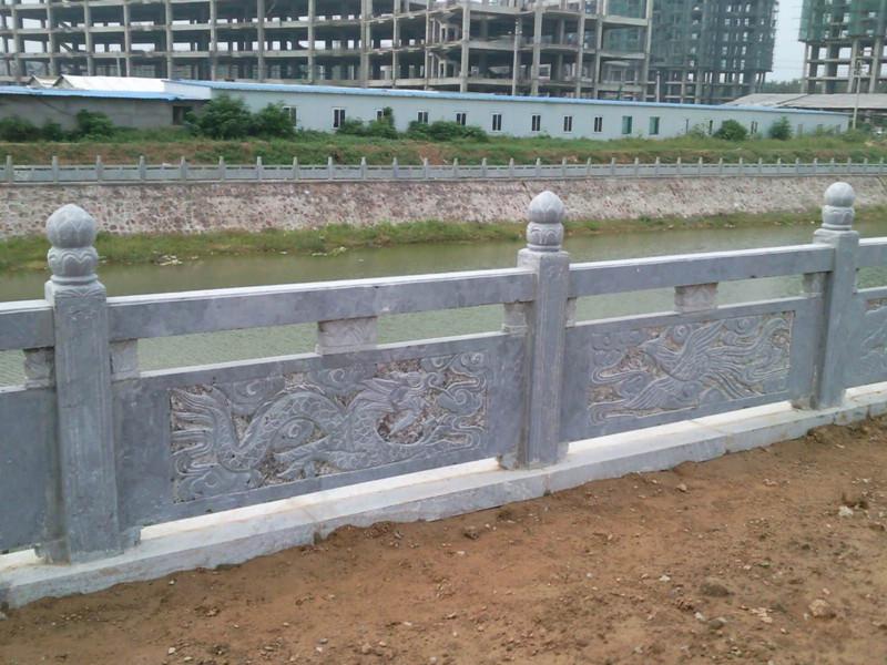 河邊青石欄桿