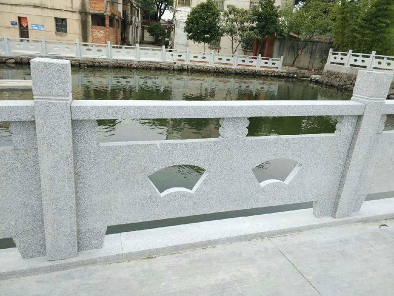 河邊石欄桿